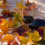 Weinglas und Rebblätter